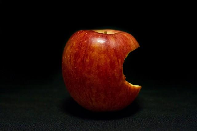 片側をかじられた林檎(Apple)の写真