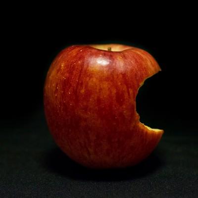 「片側をかじられた林檎(Apple)」の写真素材