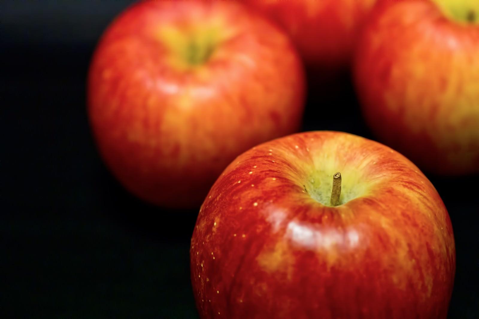 「並べて置かれたりんご」の写真