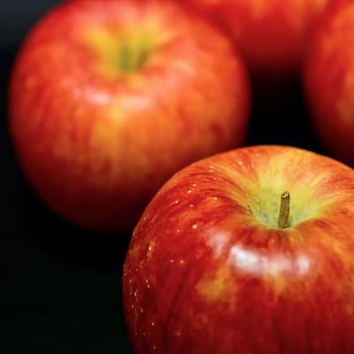 「並べて置かれたりんご」の写真素材