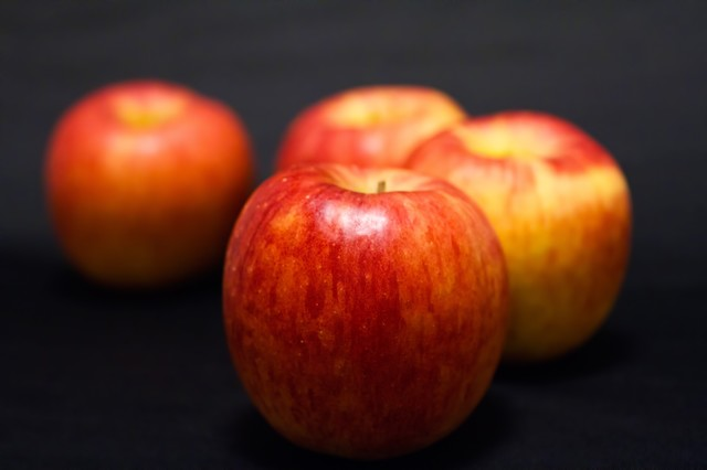 並べられたりんごの写真