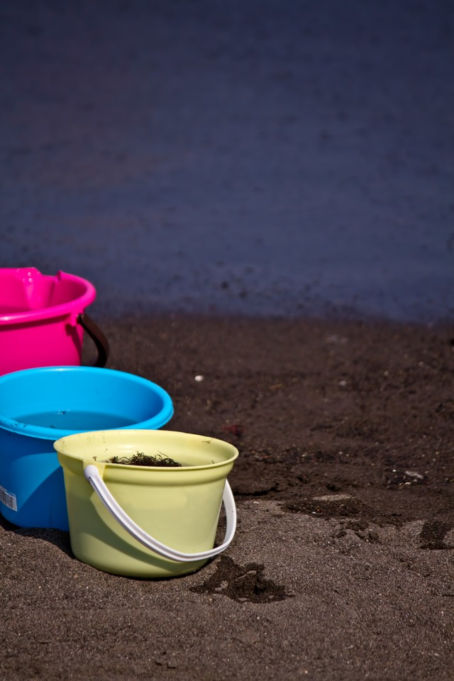 浜辺とカラフルなバケツの写真