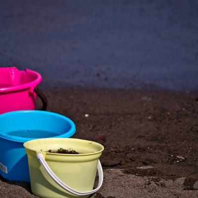 「浜辺とカラフルなバケツ」の写真素材