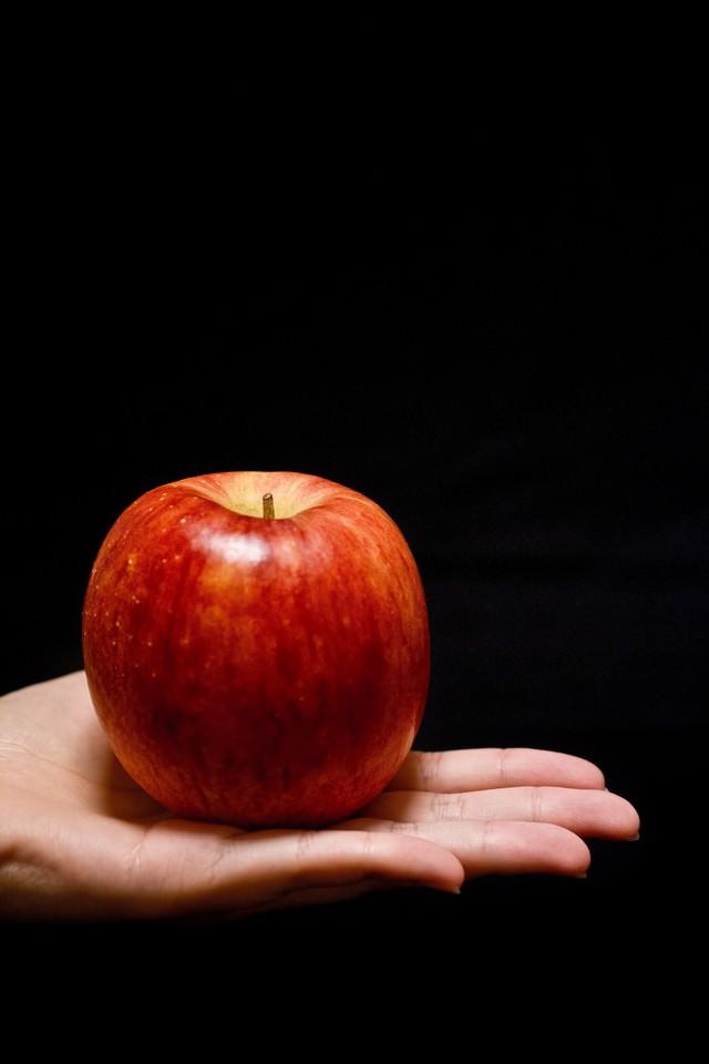 手に乗せたりんごの写真