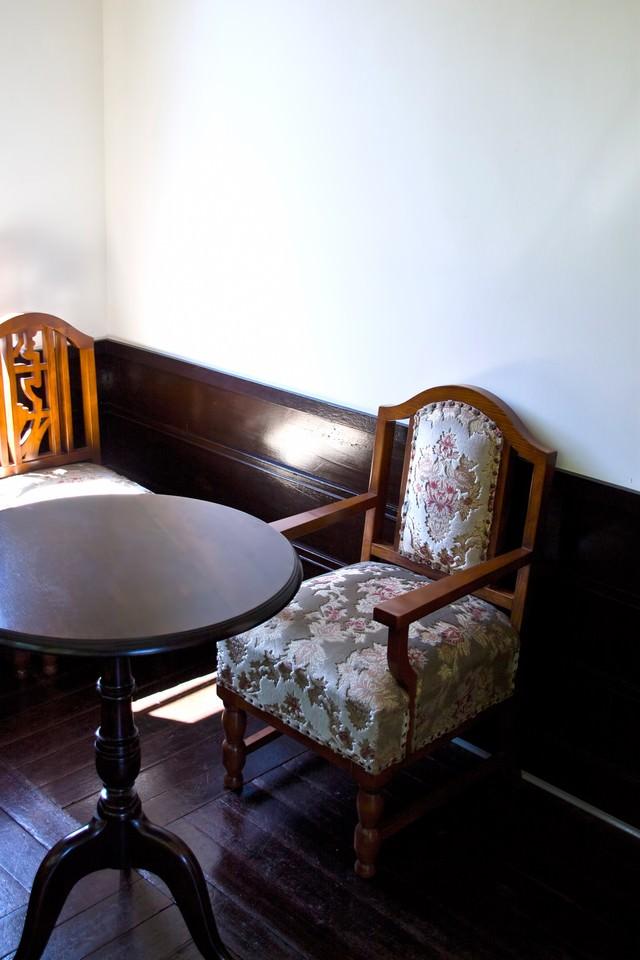 「洋風の椅子とテーブル洋風の椅子とテーブル」のフリー写真素材を拡大