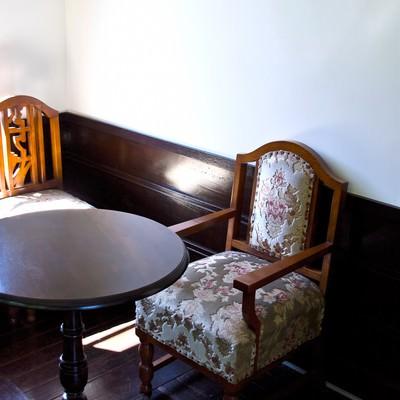 「洋風の椅子とテーブル」の写真素材