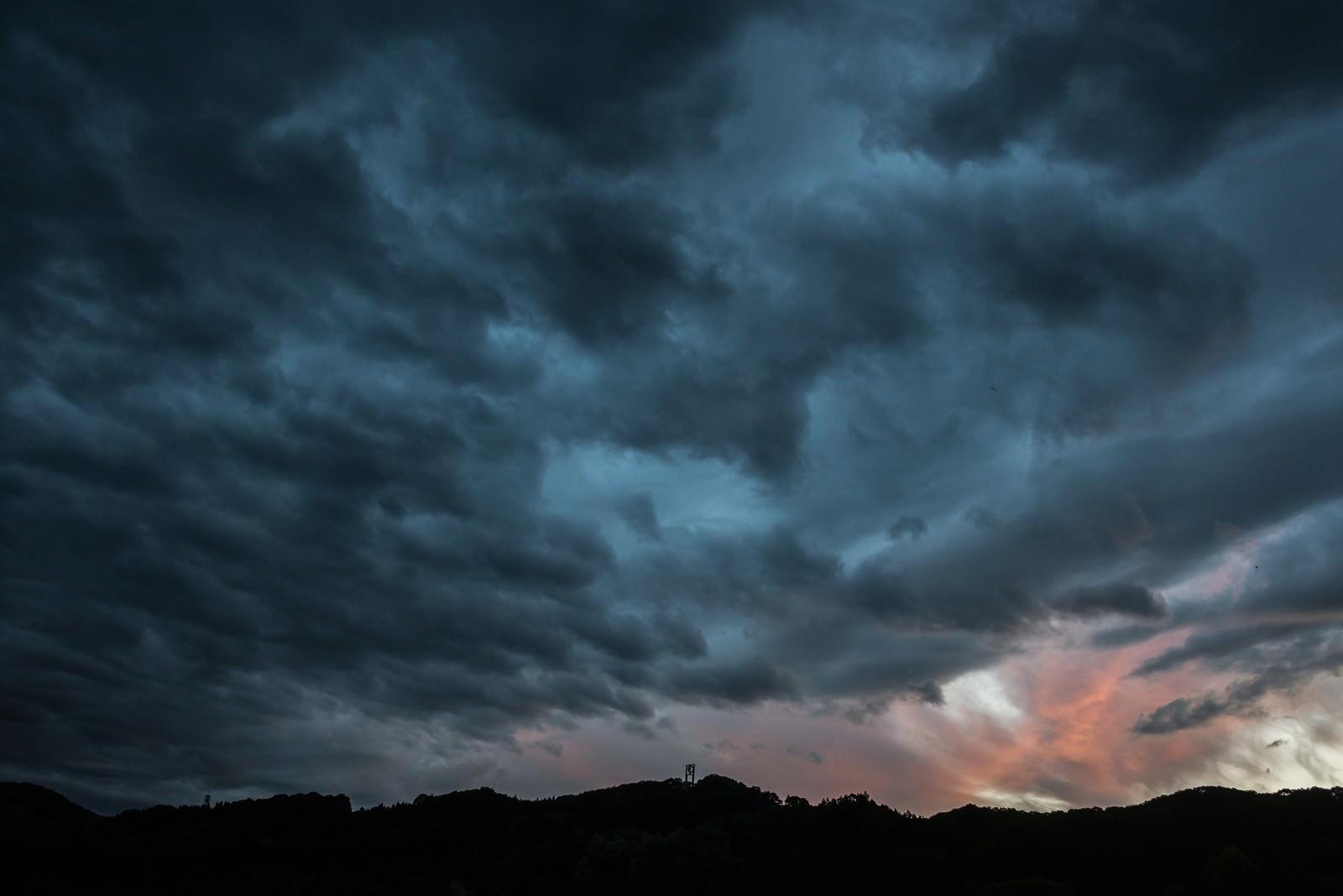 「禍々しい曇り空」の写真