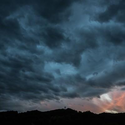 「禍々しい曇り空」の写真素材