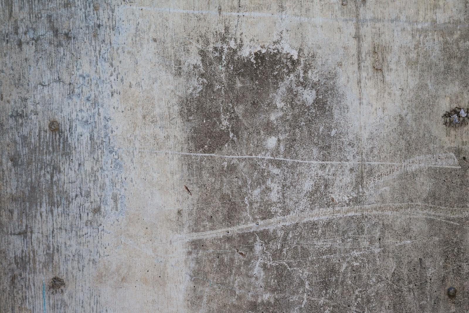 「汚れとシミがついたコンクリートの壁」の写真