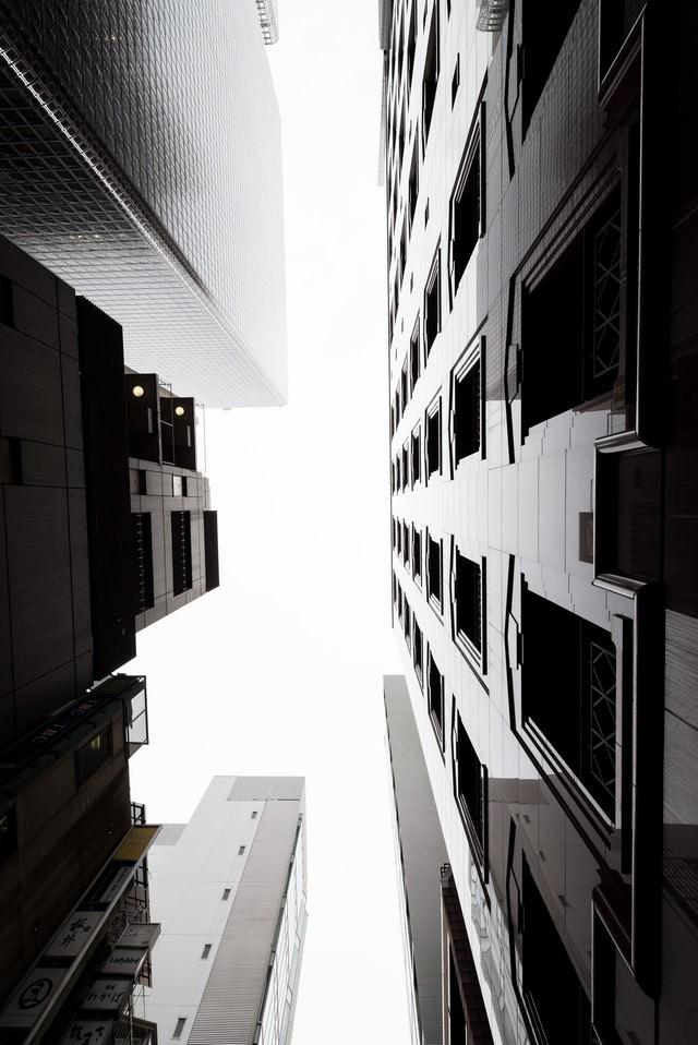 都会のビルと見上げる空の写真