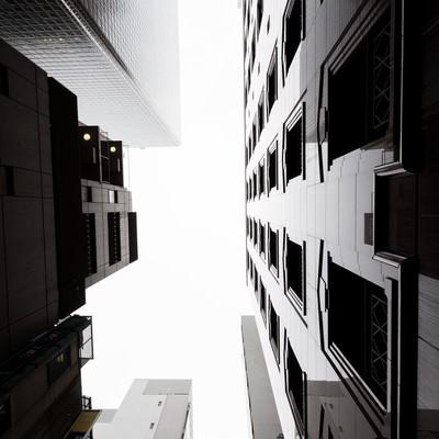 「都会のビルと見上げる空」の写真素材