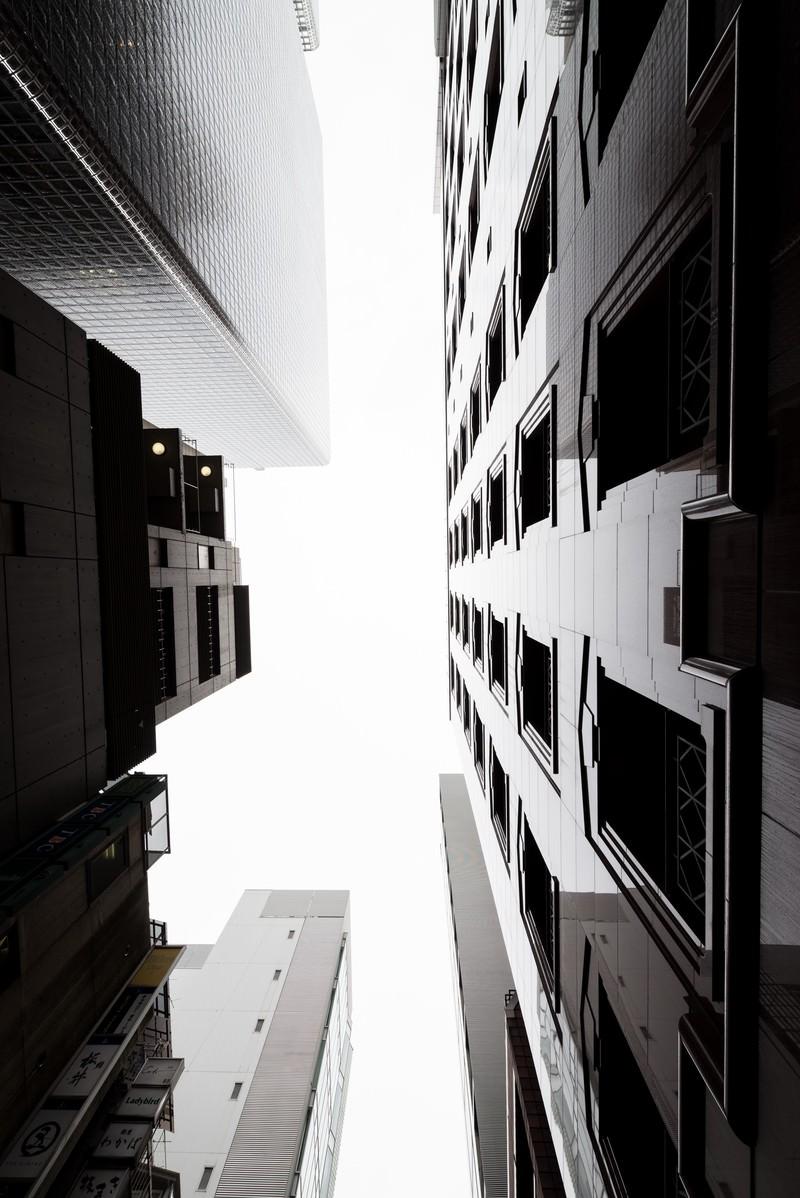 「都会のビルと見上げる空」の写真
