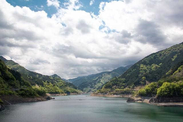 山々とダムの写真
