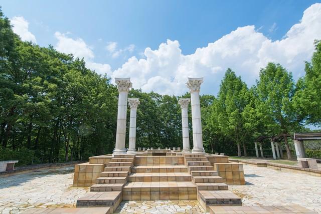 公園内にある神殿のようなオブジェの写真