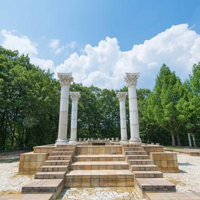 「公園内にある神殿のようなオブジェ」の写真素材