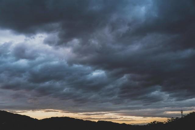 禍々しい雲と夕暮れの写真
