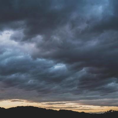 「禍々しい雲と夕暮れ」の写真素材