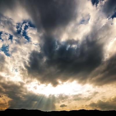 「神々しい雲と天使のはしご」の写真素材
