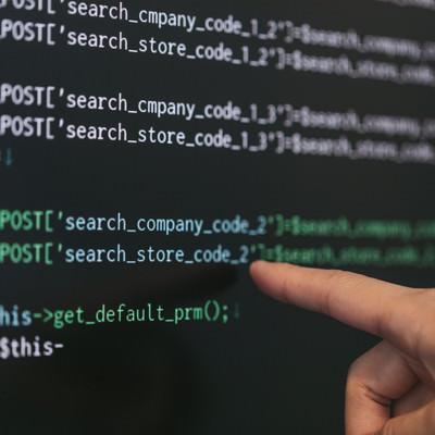 「このPHPのコード「company」の「o」が抜けてコムパニーになっていますよ」の写真素材