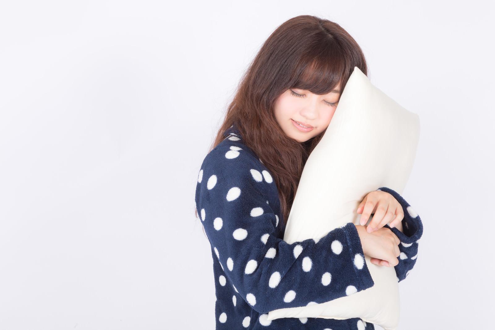 「まくらを抱いて爆睡中まくらを抱いて爆睡中」[モデル:河村友歌]のフリー写真素材を拡大