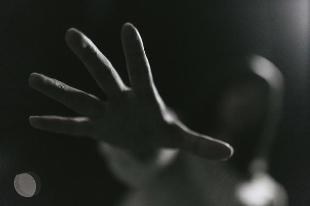 「「もう逃さない…」」のフリー写真素材