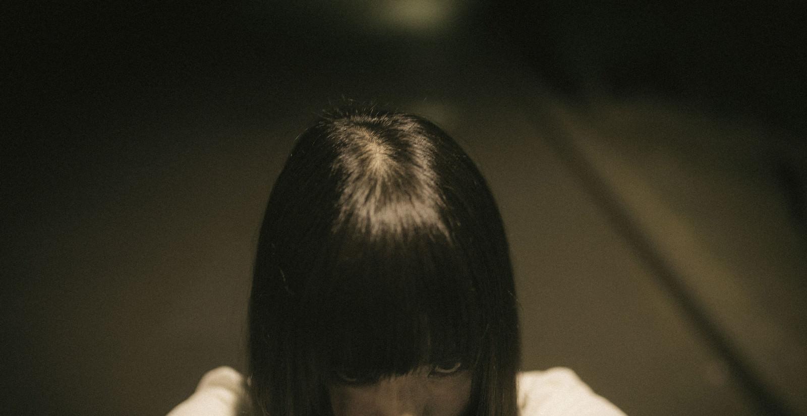 「恨みを込める女性」の写真[モデル:さとうゆい]