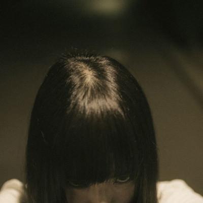 「恨みを込める女性」の写真素材