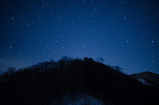 北アルプス大橋からの山のシルエットと星空の写真