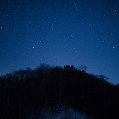 「北アルプス大橋からの山のシルエットと星空」の写真素材