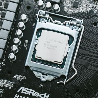 マザーボードにCPUを取り付けの写真