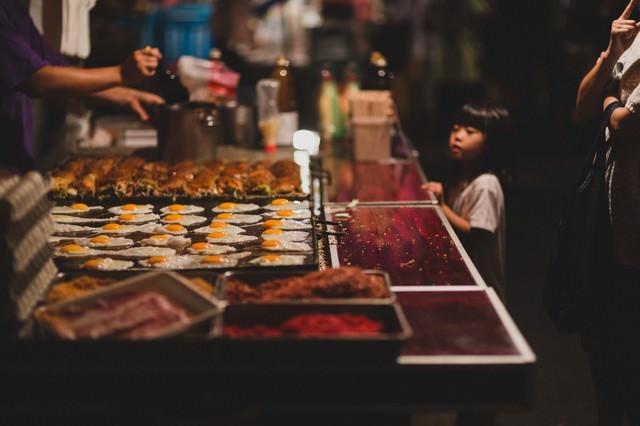 屋台のお好み焼きと女の子の写真
