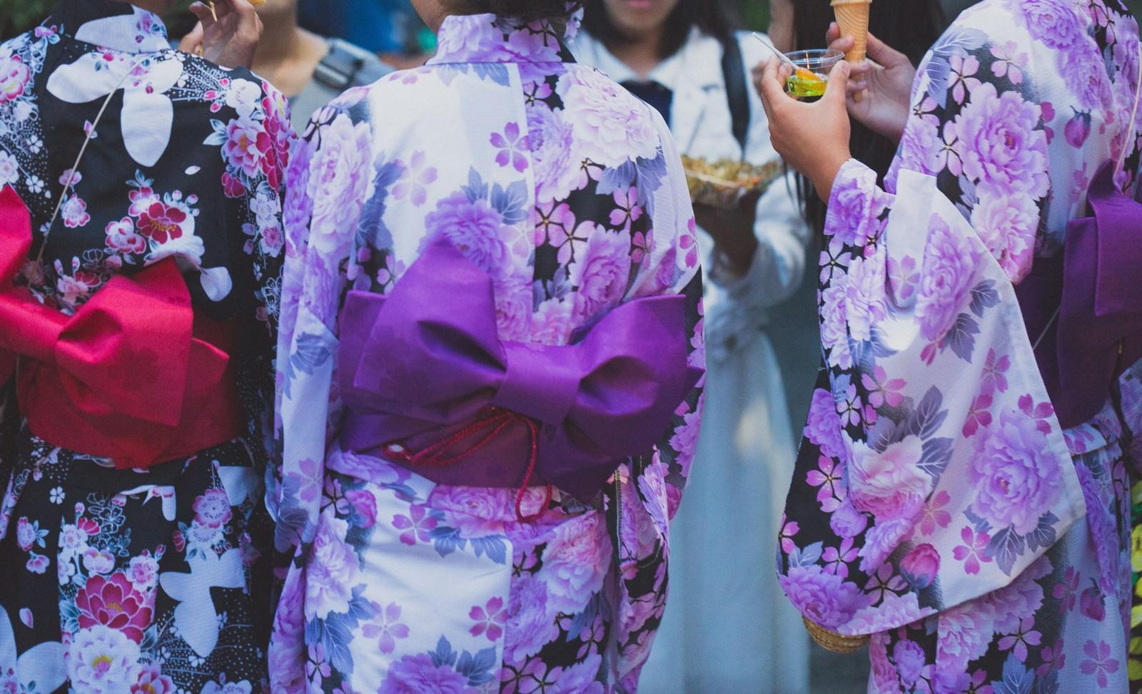 「夏祭りにいた浴衣の女子たち」の写真