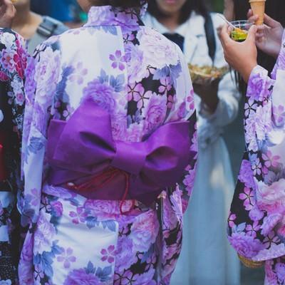 夏祭りにいた浴衣の女子たちの写真