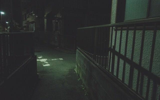 「深夜の住宅街の細い路地」のフリー写真素材