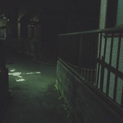 深夜の住宅街の細い路地の写真