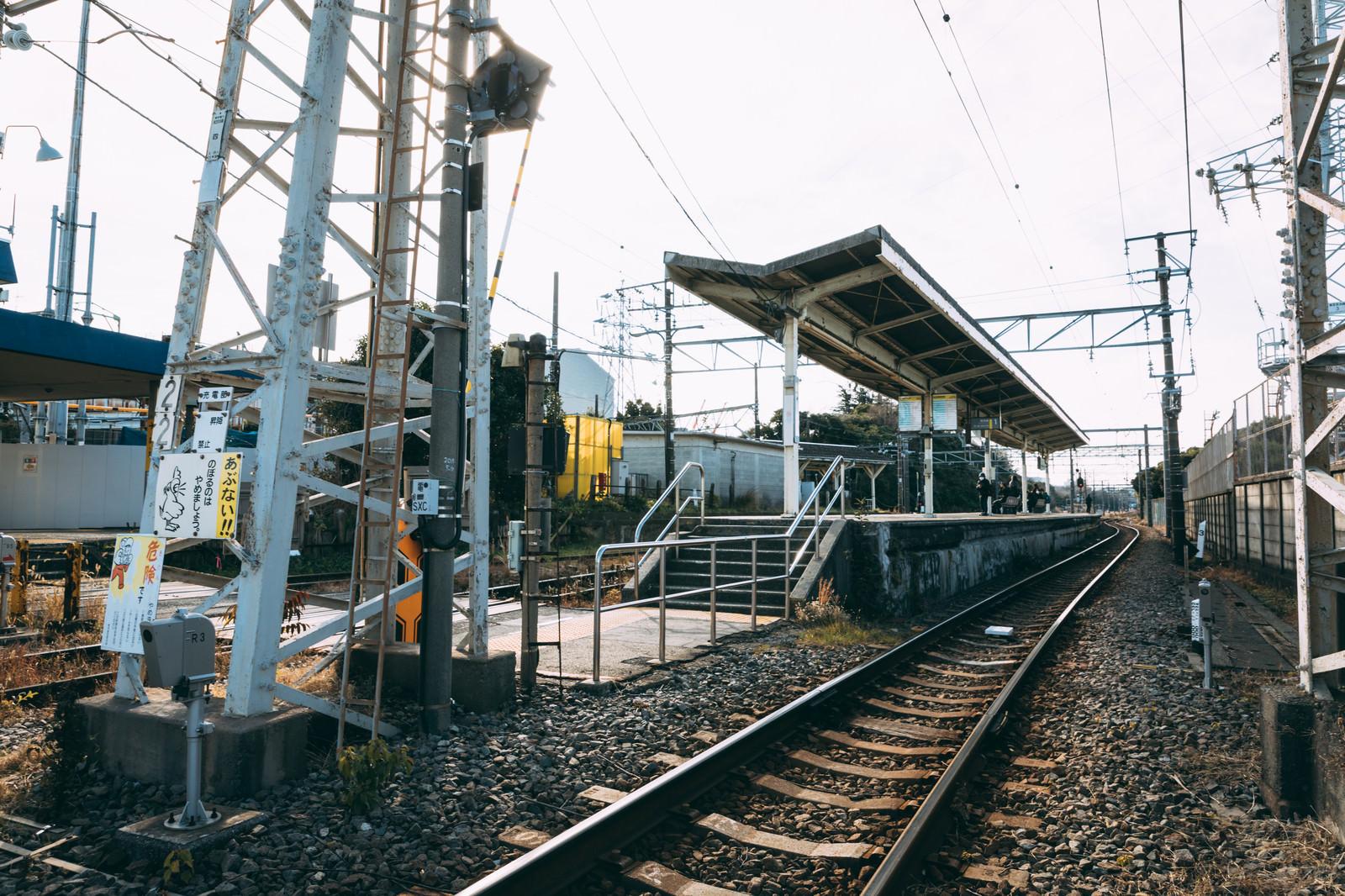 「浅野駅の線路とホーム」の写真