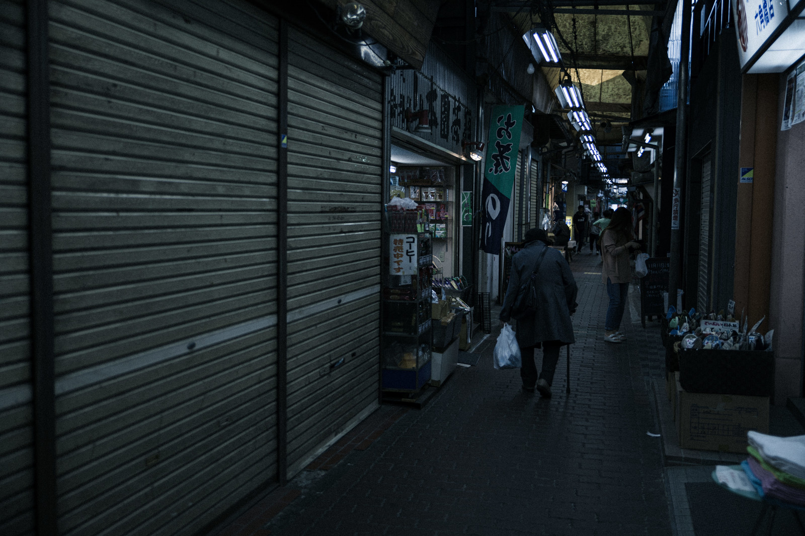 「六角橋の仲見世通りの中」の写真
