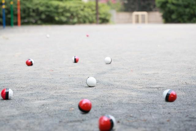 また公園に紅白ボールが群がってきたの写真