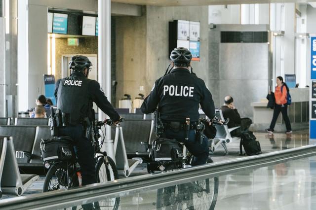 空港内を自転車で巡回中のポリスメンの写真