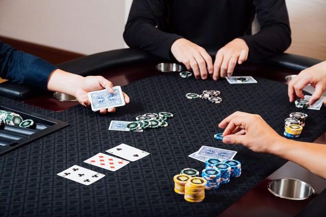 ポーカーを楽しむ人達の写真