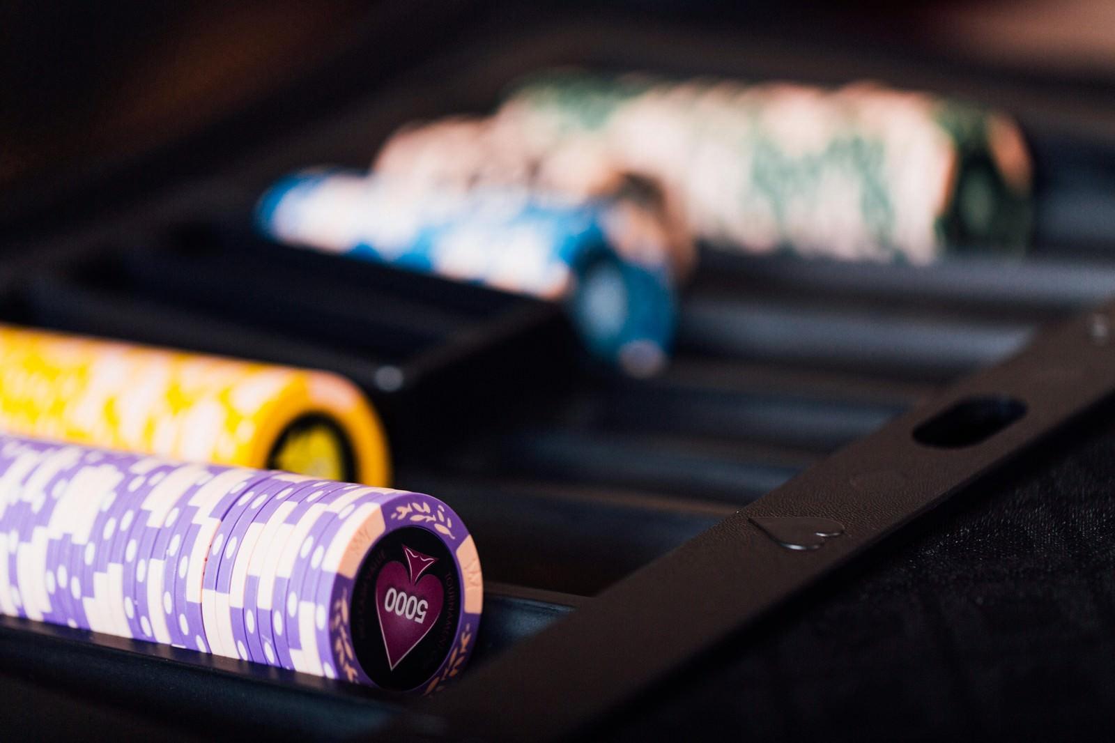 「カジノディーラーのチップカジノディーラーのチップ」のフリー写真素材を拡大