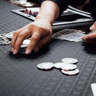「チップを回収するカジノディーラー」の写真素材