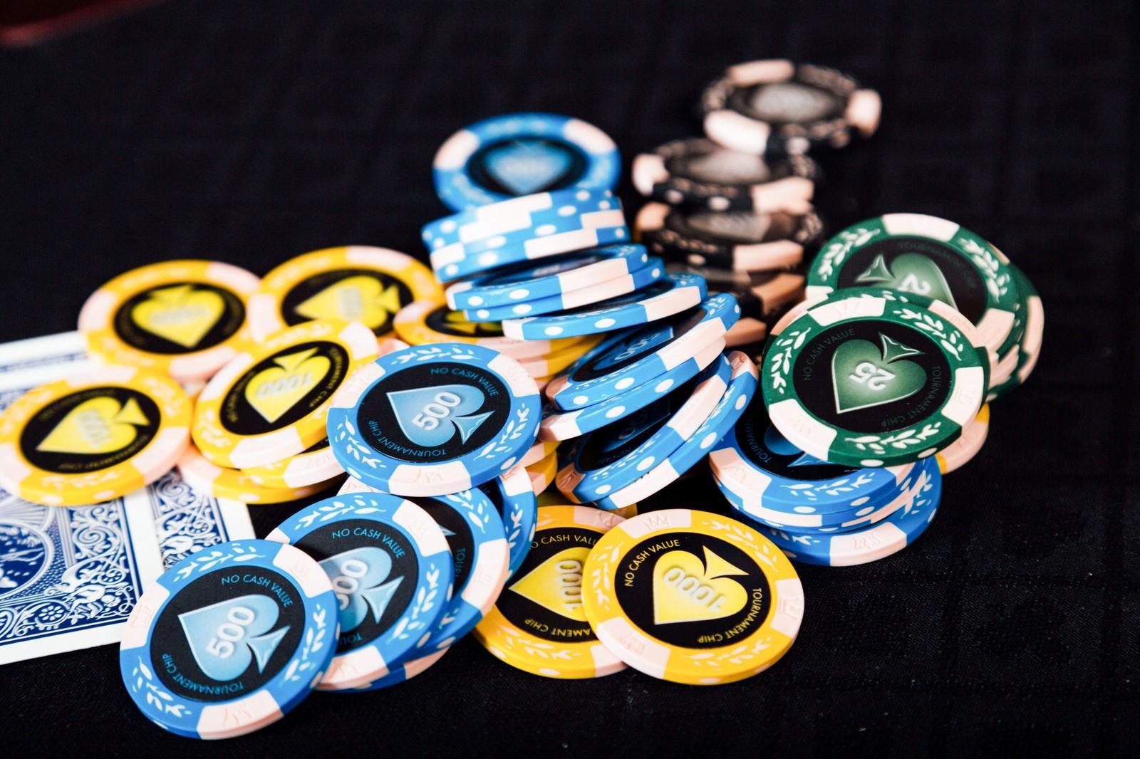 「散らばったカジノのチップとトランプ」