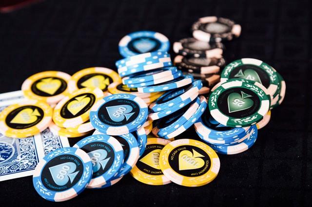 散らばったカジノのチップとトランプの写真