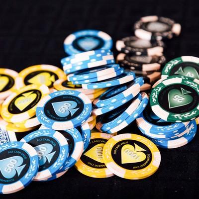 「散らばったカジノのチップとトランプ」の写真素材