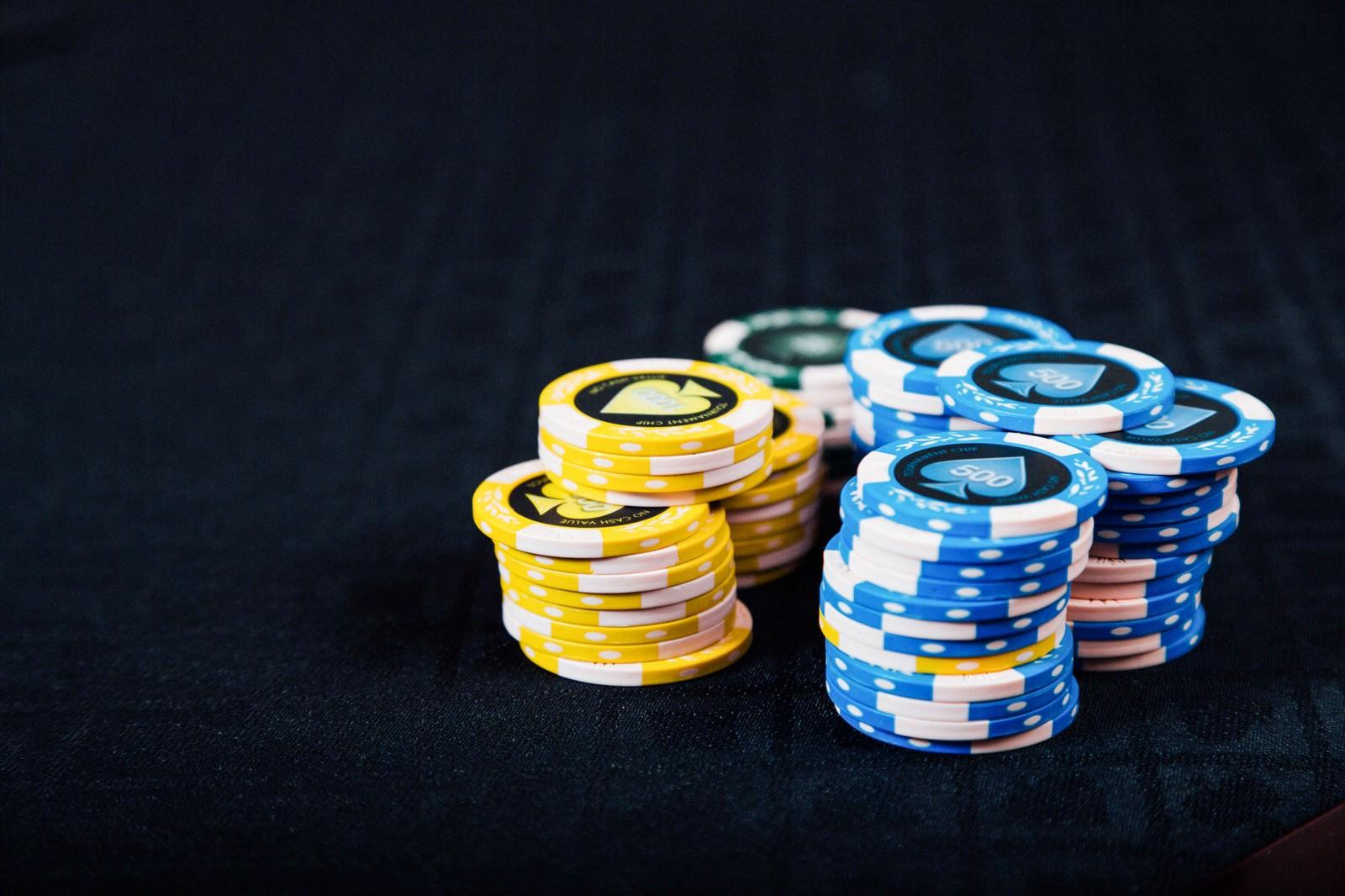 「積まれたカジノのチップ」の写真