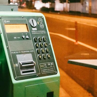 使わなくなった緑の公衆電話の写真