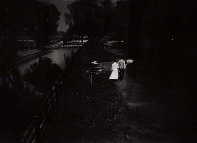 川沿いを歩く恋人(フイルム写真)の写真