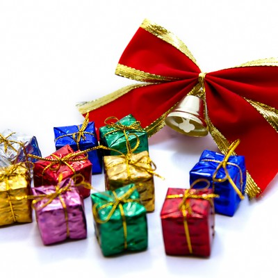 赤いリボンとプレゼントボックスの写真