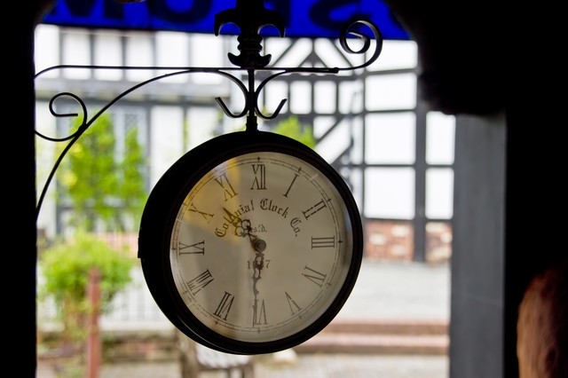 洋風なアンティークな時計の写真